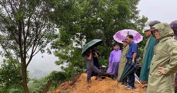 Lãnh đạo tỉnh kiểm tra sạt lở núi xã Sơn Long.