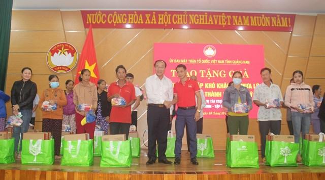MTTQ tỉnh Quảng Nam trao tặng quà cho bà con.