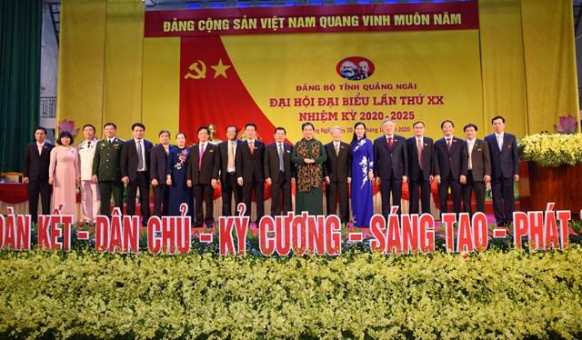 Bà Tòng Thị Phóng với các đại biểu dự Đại hội.