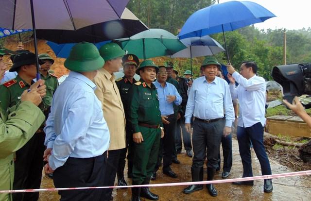 Phó Thủ tướng Trương Hòa Bình kiểm tra khắc phục mưa lũ ở huyện Tây Gang.