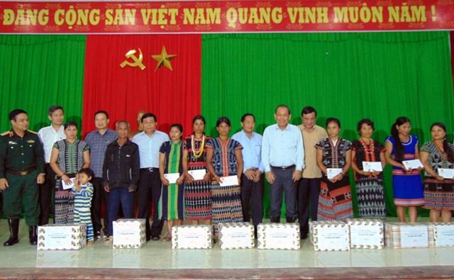 Phó Thủ tướng Trương Hòa Bình tặng quà cho bà con huyện Tây Giang.