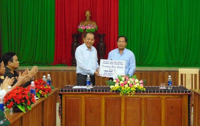 Phó Thủ tướng Trương Hòa Binh trao 100 triệu đồng cho Quỹ khuyến học huyện Tây Giang.
