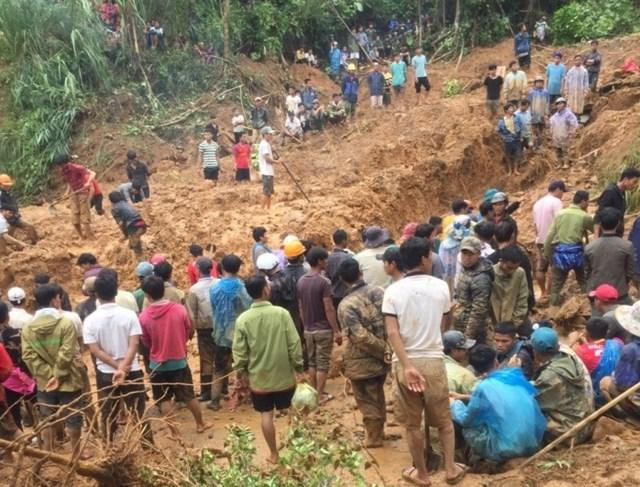 Thi thể của cả 6 người trong một gia đình bị đất đá vùi lấp đã được tìm thấy. Ảnh: Báo Giao thông.