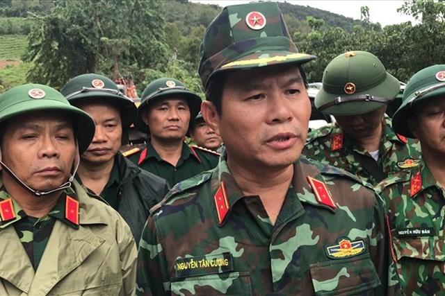Trung tướng Nguyễn Tân Cương chỉ đạo công tác cứu hộ tại huyện Hướng Hóa. Ảnh: Lao Động.