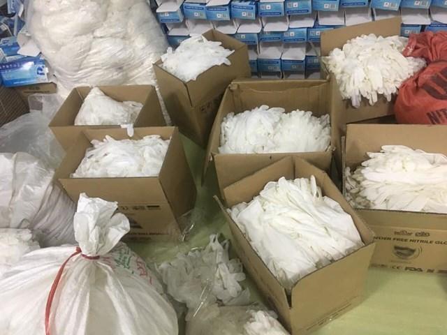 Cơ quan quản lý phát hiện số lượng lớn găng tay tái chế.