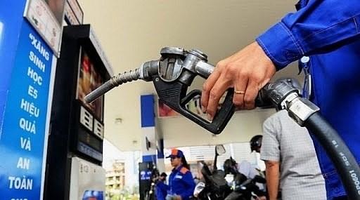 Giá xăng dầu được điều chỉnh giảm nhẹ.