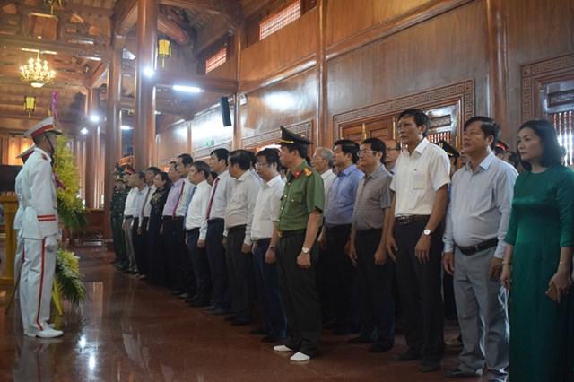 Đoàn đại biểu tỉnh Quảng Bình đến viếng, dâng hương tại Đền thờ Bác Hồ và các AHLS.