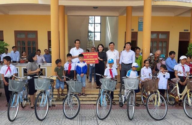 Đoàn Đại biểu Quốc hội tỉnh Quảng Bình trao biển hỗ trợ 200 triệu đồng cho Ủy ban MTTQ Việt Nam huyện Quảng Ninh xây nhà ở cho gia đình chính sách ở trên địa bàn.