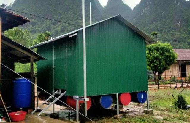 Với sự giúp đỡ của khách du lịch, ngôi nhà bè tránh lũ của bà Kỳ đã được xây dựng lại.