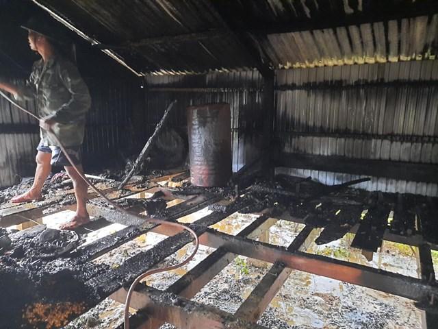 Trước đó, ngôi nhà bè của bà Kỳ bị sét đánh cháy hoàn toàn.