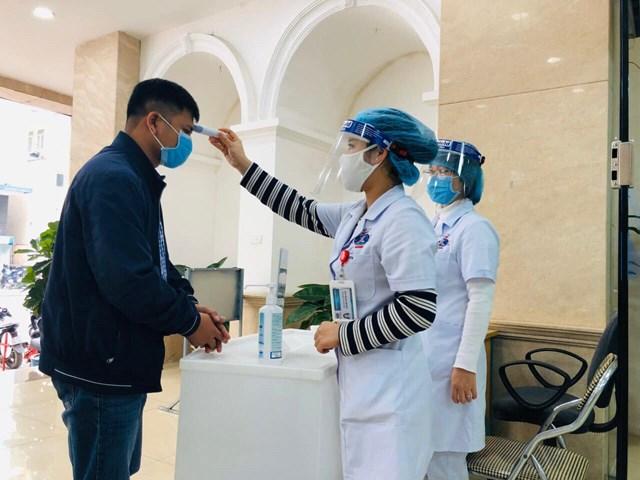 Đo thân nhiệt tại Bệnh viện K