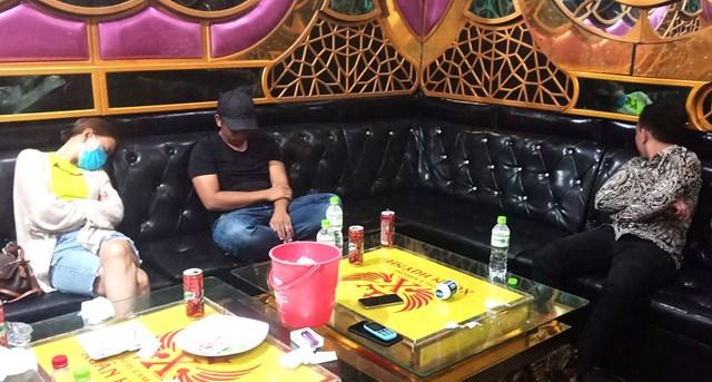 Ngang nhiên chơi ma tuý trong quán karaoke. Ảnh Tuấn Khanh.