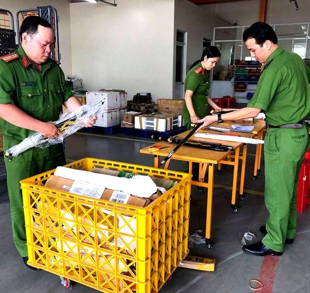Lực lượng Công an kiểm đếm hung khí ở 53 kiện hàng hơn 1 tháng không có người đến nhận.