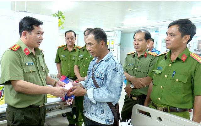 Đại táĐinh Văn Nơi, Giám đốc Công an tỉnh, thăm hỏi, hỗ trợ mỗi nạn nhân 5 triệu đồng