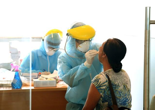 Lực lượng chức năng lấy mẫu xét nghiệm các hành khách về từ Đà Nẵng