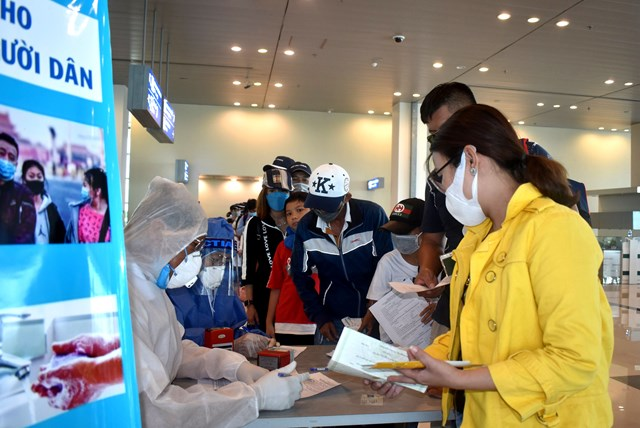 Lực lượng tại sân bay Cần Thơ yêu cầu hành khách khai báo y tế kỹ càng