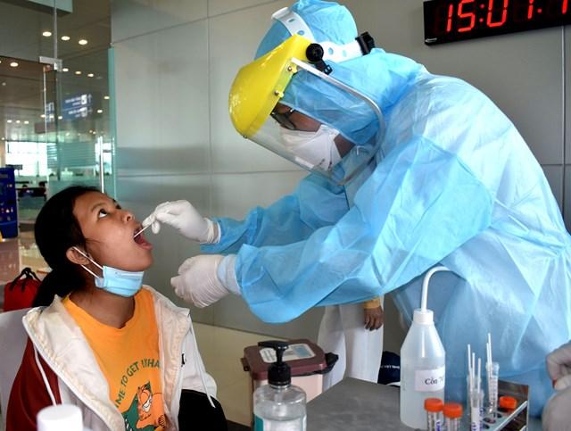 Các trẻ em trên chuyến bay ngày 27/7 đều phải lấy mẫu xét nghiệm