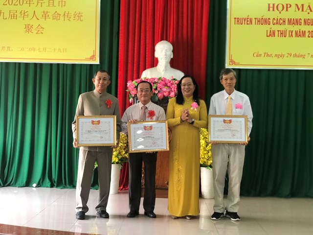 Bà Nguyễn Thị Thúy Hằng, Phó Chủ tịch MTTQ TP Cần Thơ trao Bằng khen cho các tập thể và các cá nhân.