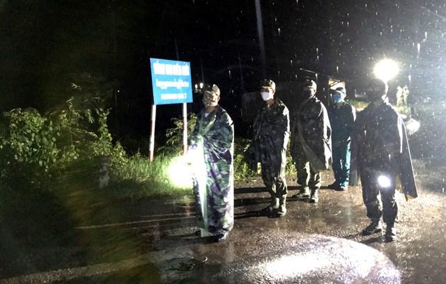 Mặc dù mưa lớn nhưng kế hoạch tuần tra của các chiến sĩ Đồn biên phòng Thông Bình vẫn diễn ra bình thường