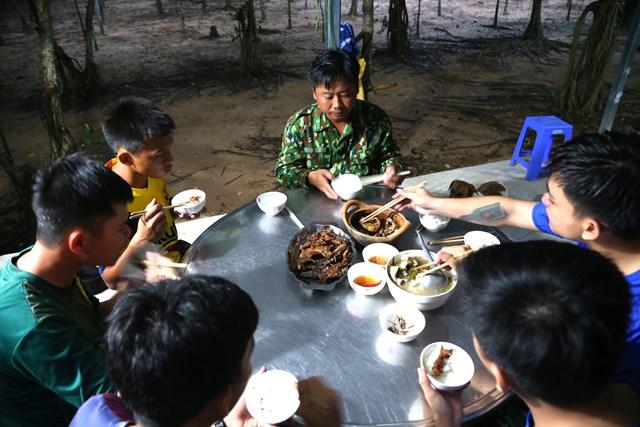 Bữa cơm vội của các chiến sĩ Đội kiểm soát kênh Tân Thành (Đồn biên phòng Thông Binh), chuẩn bị cho kíp trực đầu tiên lúc 19h tối.