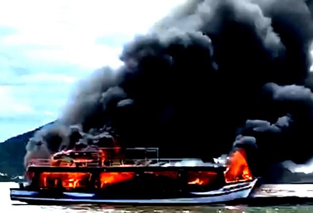 Cận cảnh tàu cháy.