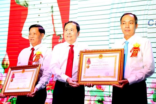 Chủ tịch Trần Thanh Mẫn trao Huân chương Lao động cho các tập thể.