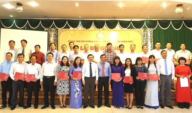 Phó Chủ tịch Nguyễn Hữu Dũng chụp ảnh lưu niệm với lãnh đạo Mặt trận An Giang và các học viên.