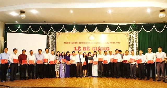 Phó Chủ tịch Nguyễn Hữu Dũng trao giấy chứng nhận cho các học viên.