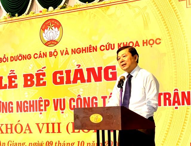 Phó Chủ tịch Nguyễn Hữu Dũng phát biểu tại lễ bế giảng.