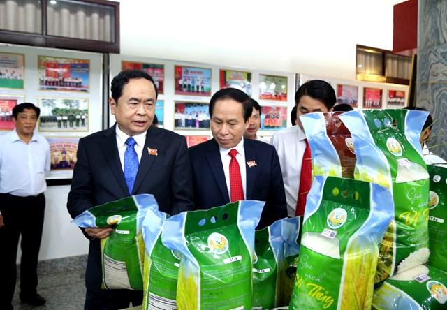 Chủ tịch Trần Thanh Mẫn tham quan gian trưng bày sản phẩm gạo ST24 được trồng tại Hậu Giang.