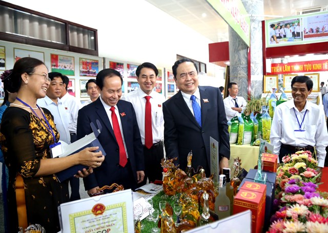 Chủ tịch Trần Thanh Mẫn cùng các đại biểu tham quan khu vực trưng bày các sản phẩm của Hậu Giang.
