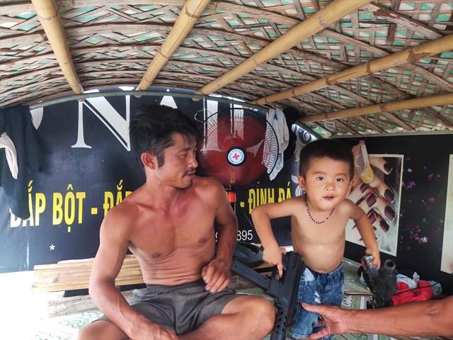 Anh Nguyễn Văn Lợi (42 tuổi) hiện đang sống cùng vợ và 3 người con. Trước cái nắng như đổ lửa, dù đã bật quạt hết công suất nhưng cả anh và đứa con trai út đều phải cởi trần cho đỡ nóng.