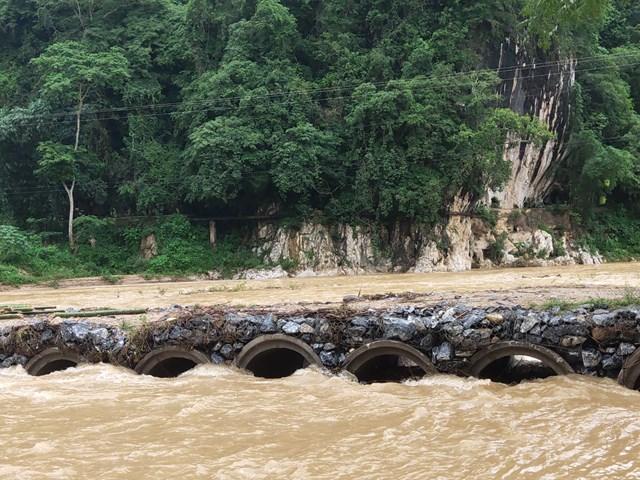 Cung đường nguy hiểm trên sông Luồng trong mùa mưa lũ.
