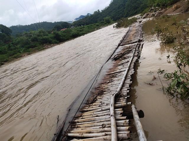 Cây cầu tạm này bị lũ cuốn trôi vào trưa 2/8 khiến nhiều hộ dân bản Lầm bị cô lập.