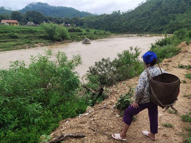 Bà Mạc Thị Xũng cho biết, nếu giờ muốn về nhà chỉ còn cách tự bơi qua dòng lũ chảy siết.