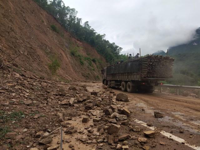 Đất đá sạt lở khiến việc tham gia giao thông trên QL217 gặp nhiều khó khăn.
