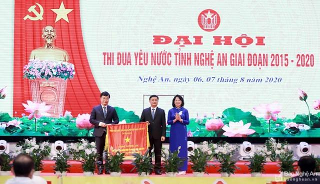 Bà Đặng Thị Ngọc Thịnh, Phó Chủ tịch nước trao tặng Cờ Thi đua của Chính phủ cho tỉnh Nghệ An vì đã hoàn thành xuất sắc nhiệm vụ, dẫn đầu phong trào thi đua toàn quốc năm 2019.