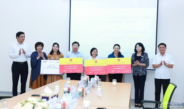 Trước đó, bà Đặng Thị Ngọc Thịnh, Phó Chủ tịch nước trao tặng 5 căn nhà tình nghĩa trên địa bàn huyện Nghĩa Đàn.