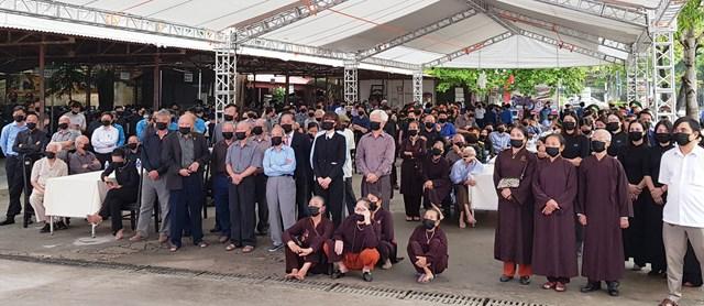 Bất chấp trời mưa, người dân từ khắp nơi về dự lễ viếng nguyên Tổng Bí thư Lê Khả Phiêu.