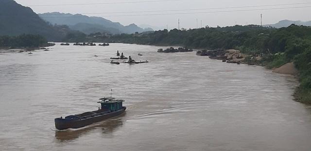 Tàu cát khai thác tấp lập khu vực cầu Tân Hà (Tp. Tuyên Quang)