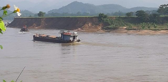 Bờ bãi hai bên dòng Lô bị sạt lở nghiêm trọng làm mất đất canh tác của dân.