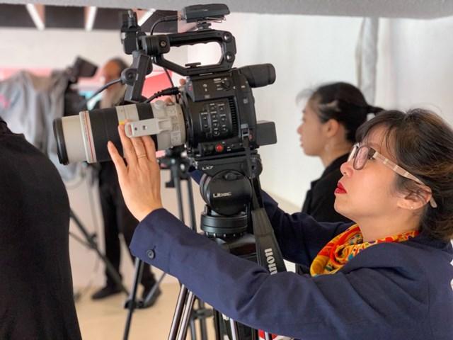Nhà báo Nguyễn Mỹ Linh tác nghiệp tại Pháp. (Ảnh do nhân vật cung cấp).