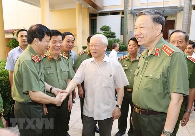 Tổng Bí thư, Chủ tịch nước Nguyễn Phú Trọng với các đồng chí lãnh đạo Bộ Công an. (Ảnh: Trí Dũng/TTXVN).