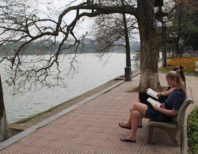 Mơ ngồi Bờ Hồ đọc sách - Ảnh 1
