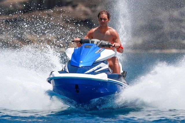 """Rafael Nadal vừa trổ tài cưỡi mô tô nước siêu """"ngầu"""" ."""