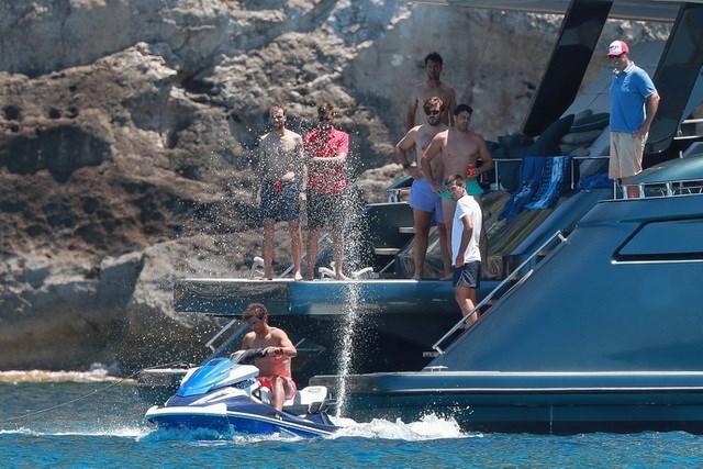 Bạn bè thân thiết của Nadal cũng tham gia chuyến đi này.