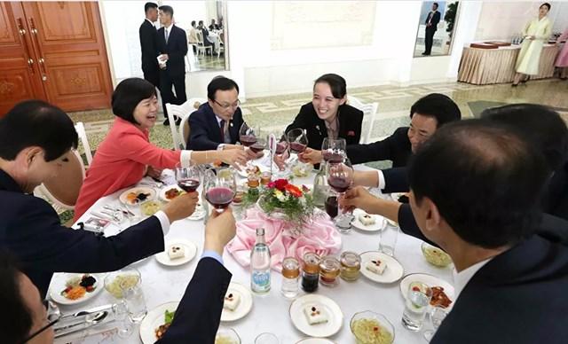 """BBC gọi Kim Yo-jong là """"vũ khí bí mật của Triều Tiên"""" và """"Nữ hoàng PR của Bình Nhưỡng"""" qua cách cô khơi dậy sự đồng cảm của truyền thông Hàn Quốc khi cô đến Seoul. Trong ảnh: Kim Yo-jong ngồi cùng các thành viên của một phái đoàn Hàn Quốc trong bữa trưa tại nhà hàng mì lạnh Okryukwan ở Bình Nhưỡng, năm 2018."""