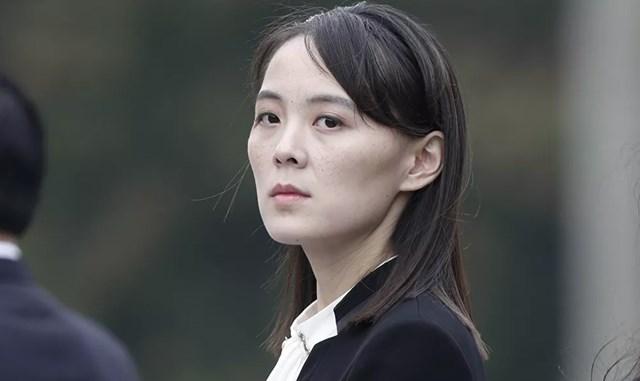 Kim Yo-jong khoảng 30 tuổi vì ngày sinh chính xác của cô vẫn chưa được biết. Theo Bộ Tài chính Hoa Kỳ, cô sinh ra ở Bình Nhưỡng vào ngày 26/9/1989, trong khi đó, các nguồn tin của Hàn Quốc lại xác định ngày sinh của cô vào ngày 26/9/1987. Trong ảnh: Kim Yo-jong tham dự lễ viếng Lăng Chủ tịch Hồ Chí Minh tại Thủ đô Hà Nội, Việt Nam, ngày 2/3/2019.