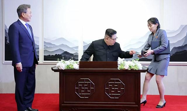 Kim Yo-jong xuất hiện bên cạnh Nhà lãnh đạo Triều Tiên Kim Jong-un tại Hội nghị thượng đỉnh liên Triều với Tổng thống Hàn Quốc Moon Jae-in tại tòa nhà Hòa bình, phía Nam làng đình chiến Panmunjom, năm 2018.