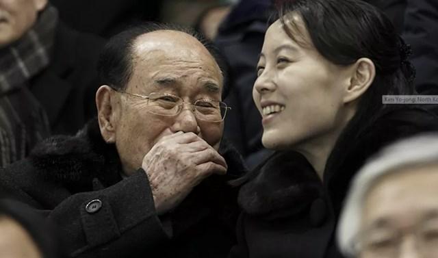 Một số báo cáo của truyền thông Nhật Bản và Hàn Quốc cho biết, Kim Yo-jong đã kết hôn với một quan chức tài chính Triều Tiên và họ có ít nhất một đứa con. Trong ảnh: Kim Yo-jong nói chuyện với Nguyên thủ quốc gia trên danh nghĩa của Triều Tiên Kim Yong-nam, khi họ đón xem trận khúc côn cầu giữa đội tuyển Thụy Sĩ và Triều Tiên tại Thế vận hội mùa đông 2018 ở Gangneung, Hàn Quốc, năm 2018.